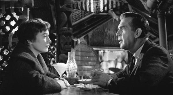 El gerente de la empresa de seguros, Sheldrake (Fred MacMurray) en una cena en un restaurante con su amante, la ascensorista Fran Kubelik, perdidamente enamorada de él