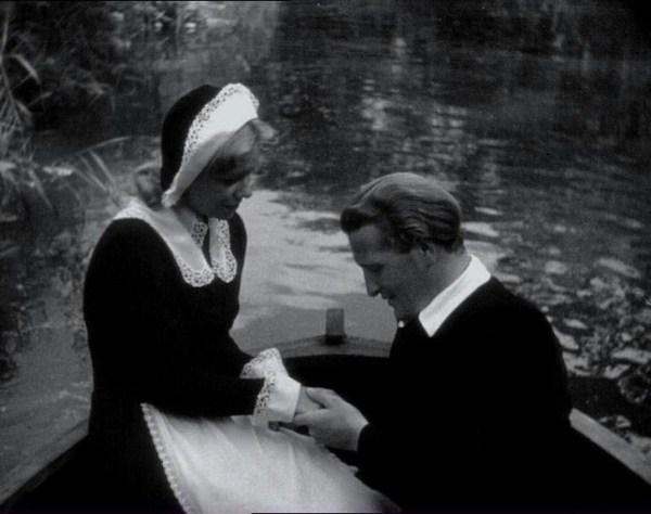 Escena en la que Anne y Martin pasean en barca por el río, aprovechando que Absalon se ha recogido en sus aposentos