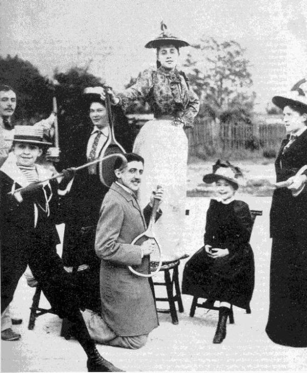 El joven Proust fotografiado junto a unos amigos en París