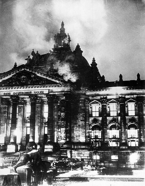 Hitler aprovechó el incendio del Recihstag el 27 de febrero de 1933 para decretar la suspensión de los derechos y libertades. El gobierno nazi culpó a los comunistas del incendio