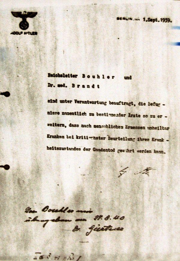 La autorización de Adolf Hitler para el programa de eutanasia, firmada en octubre pero fechada el 1 de septiembre de 1939
